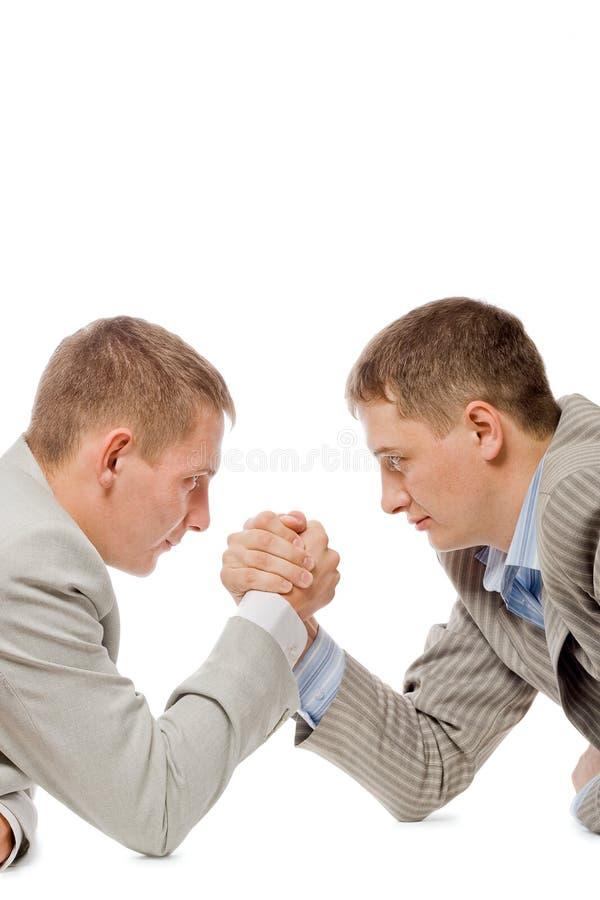Dos hombres que luchan con los brazos imagen de archivo