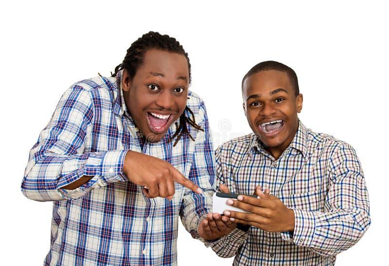 Dos hombres que miran partido de fútbol emocionado, de observación en smartphone fotos de archivo