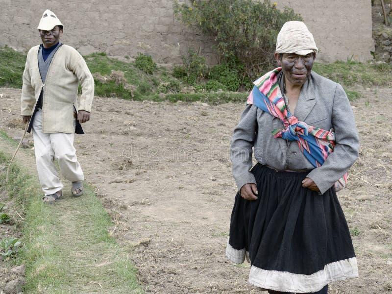 Dos hombres vestidos como marido y esposa, un ritual antiguo se realizaron en bodas locales en la comunidad de Amaru de la montañ imágenes de archivo libres de regalías