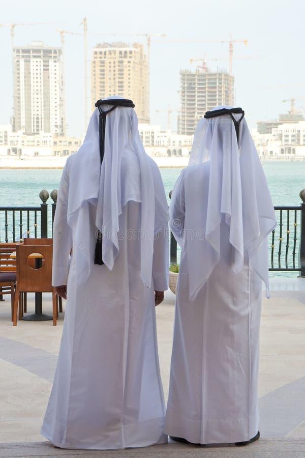 Dos hombres y construcciones árabes anónimos Buidings fotos de archivo libres de regalías