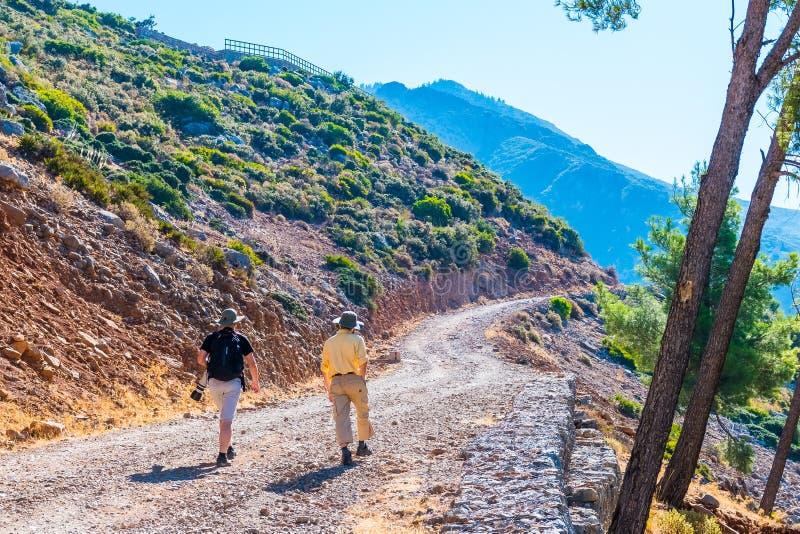 Dos individuos que caminan en Rif Mountains de Marruecos debajo de la ciudad de Chefchaouen, Marruecos fotos de archivo libres de regalías