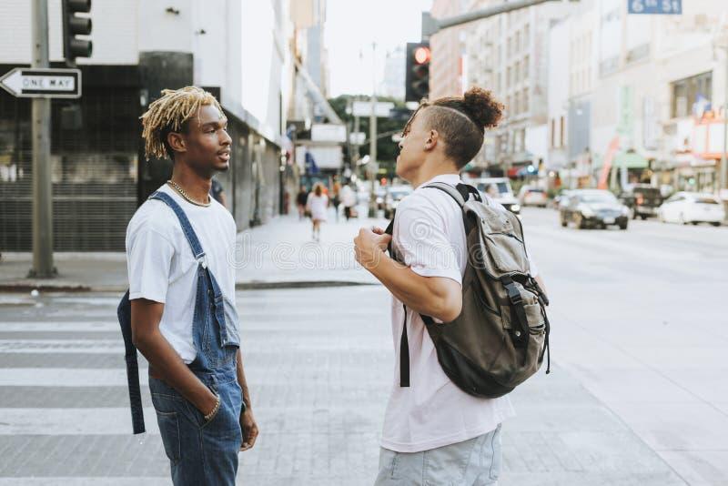 Dos individuos que cuelgan hacia fuera en LA imagenes de archivo