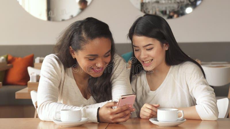 Dos individuos se unen a dos muchachas en el café imágenes de archivo libres de regalías
