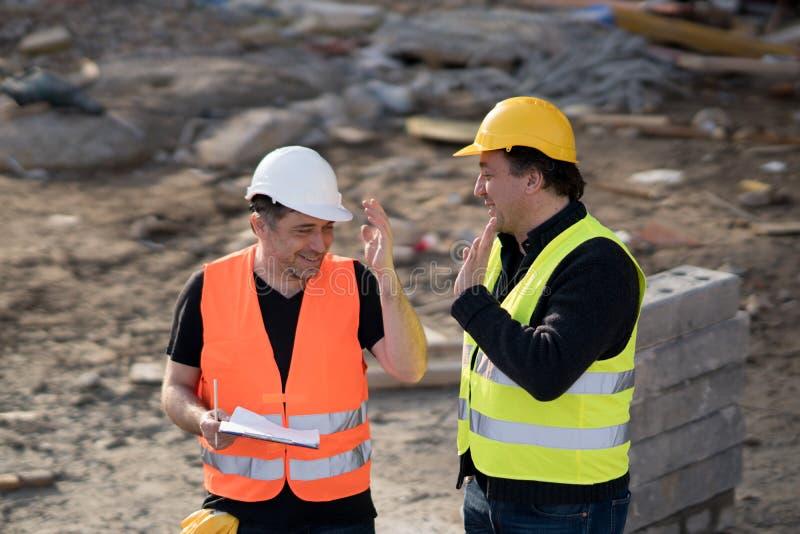 Dos ingenieros civiles de sexo masculino en el trabajo imágenes de archivo libres de regalías