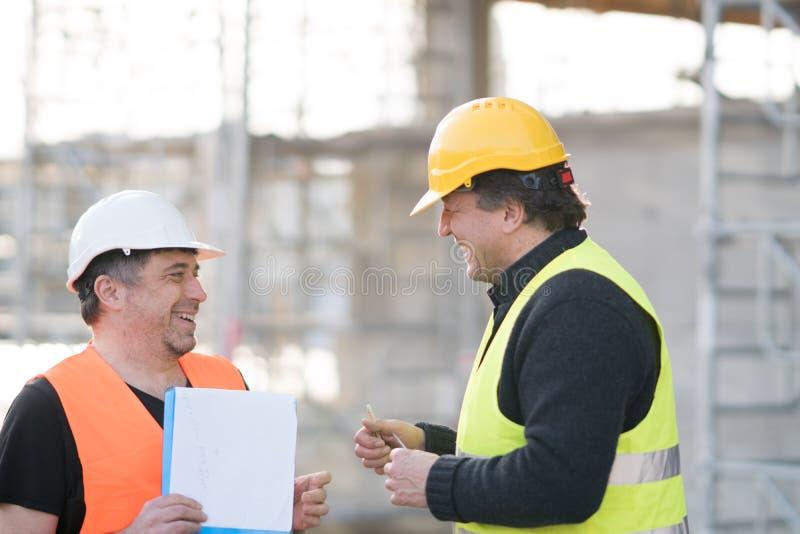 Dos ingenieros civiles de sexo masculino en el trabajo fotos de archivo