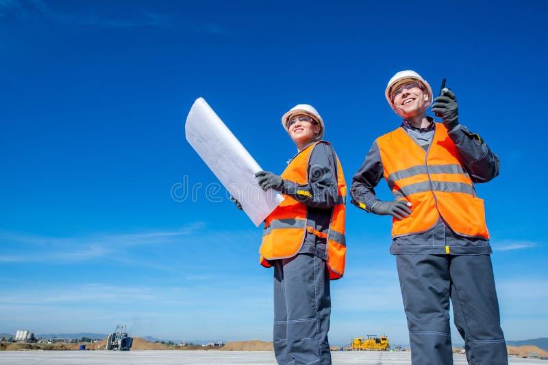 Dos ingenieros en la pista del aeropuerto foto de archivo