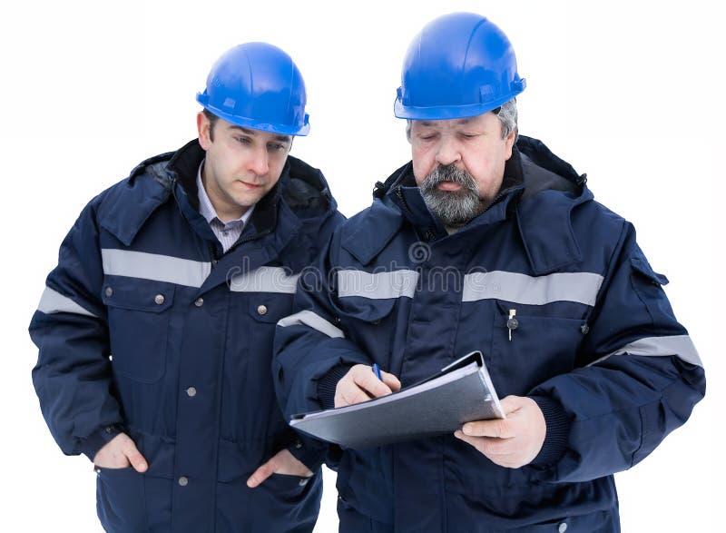 Dos ingenieros en casco imágenes de archivo libres de regalías