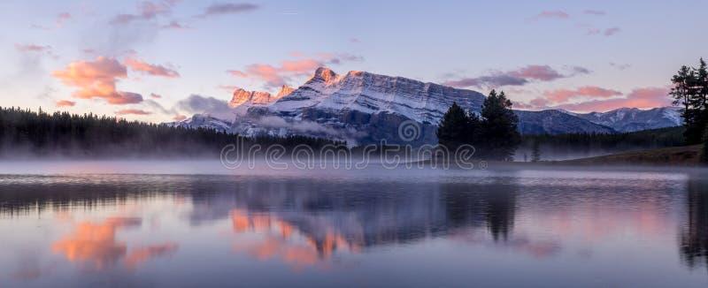 Dos Jack Lake en el parque nacional de Banff imagen de archivo libre de regalías