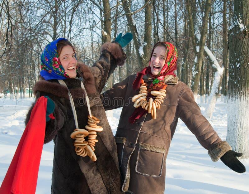 Dos juegos de las muchachas durante semana de la crepe en Rusia foto de archivo libre de regalías