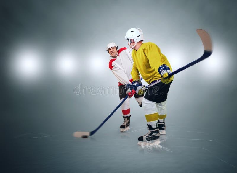 Dos jugadores del hockey sobre hielo durante partido imagen de archivo