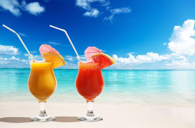 Dos jugos frescos en la playa fotografía de archivo libre de regalías