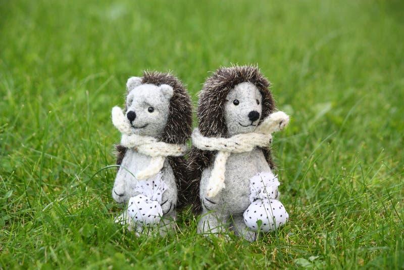 Dos juguetes lindos del erizo en el parque fotografía de archivo libre de regalías