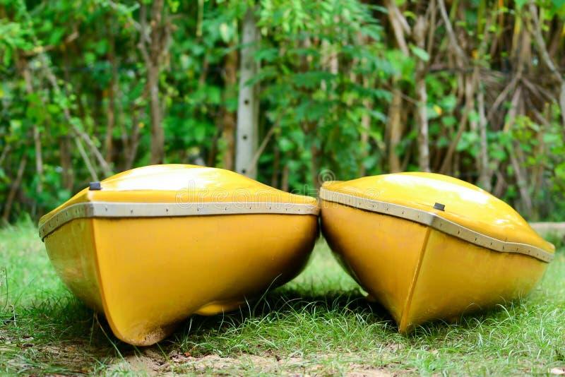Dos kajaks amarillos brillantes se sientan de lado a lado imagen de archivo libre de regalías