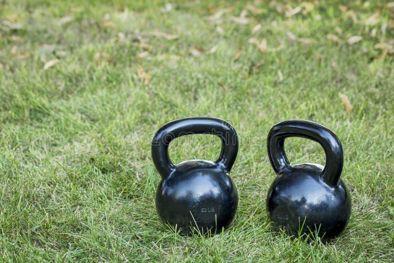 Dos kettlebells pesados del hierro imagenes de archivo
