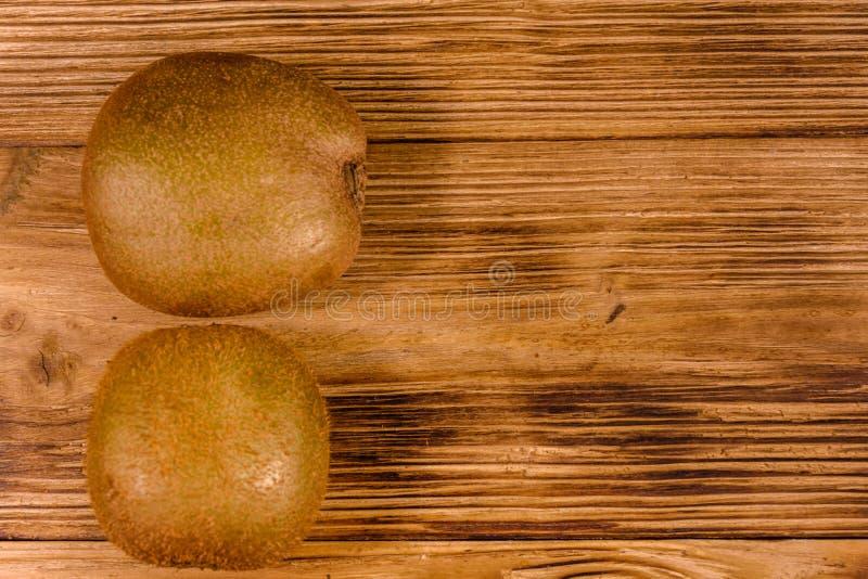 Dos kiwis en una tabla de madera Visi?n superior fotos de archivo libres de regalías