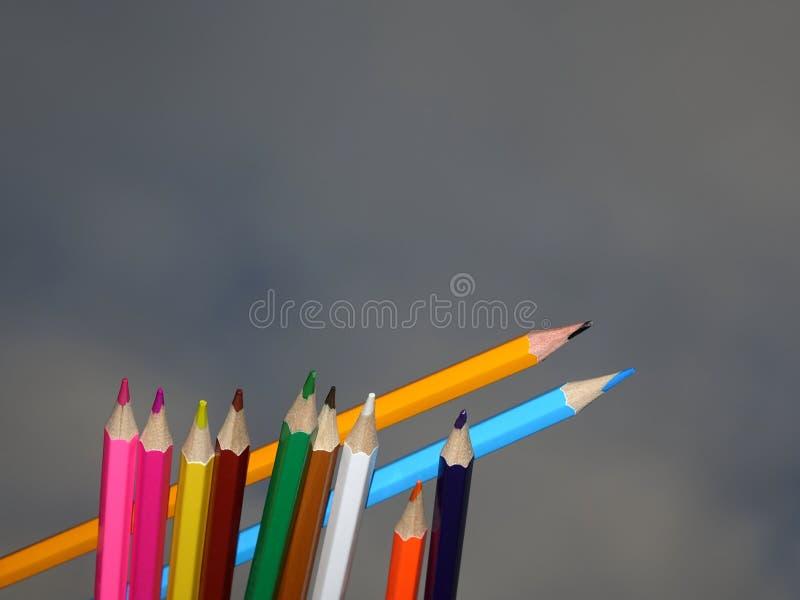 Dos lápices a través de un pequeño grupo de instrumentos imágenes de archivo libres de regalías