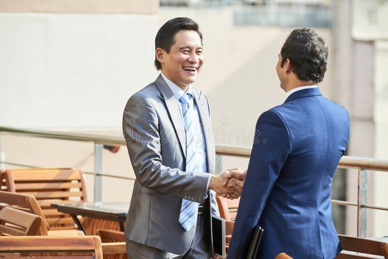 Dos líderes empresariales se encuentran en café fotos de archivo