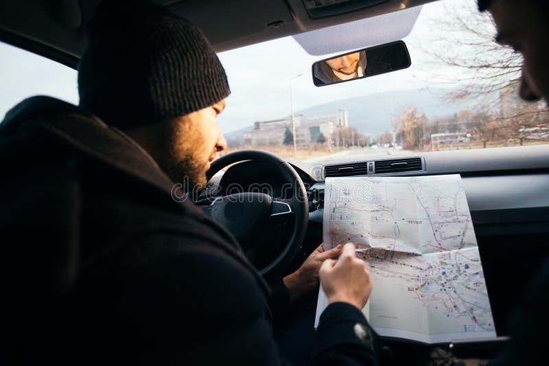 Dos ladrones que miran un mapa y que planean a sus ladrones siguientes imagenes de archivo