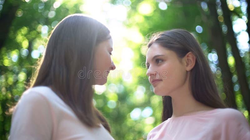 Dos lesbianas que miran atractivo uno a, momento íntimo, las derechas del lgbt fotos de archivo libres de regalías