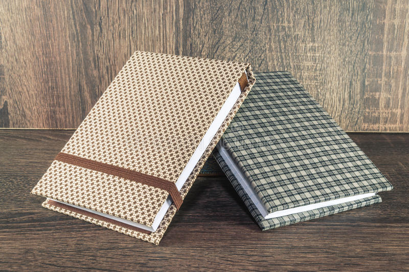 Dos libretas hechas a mano adornadas con la tela usada para escribir recordatorios de su vida o negocio fotos de archivo