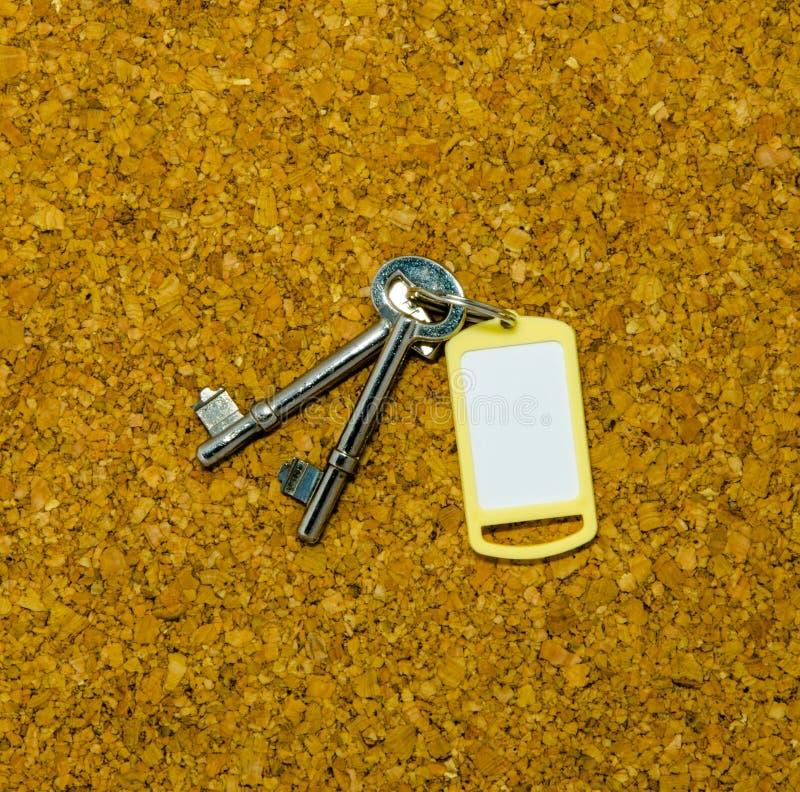 Dos llaves y etiqueta amarilla fotografía de archivo libre de regalías