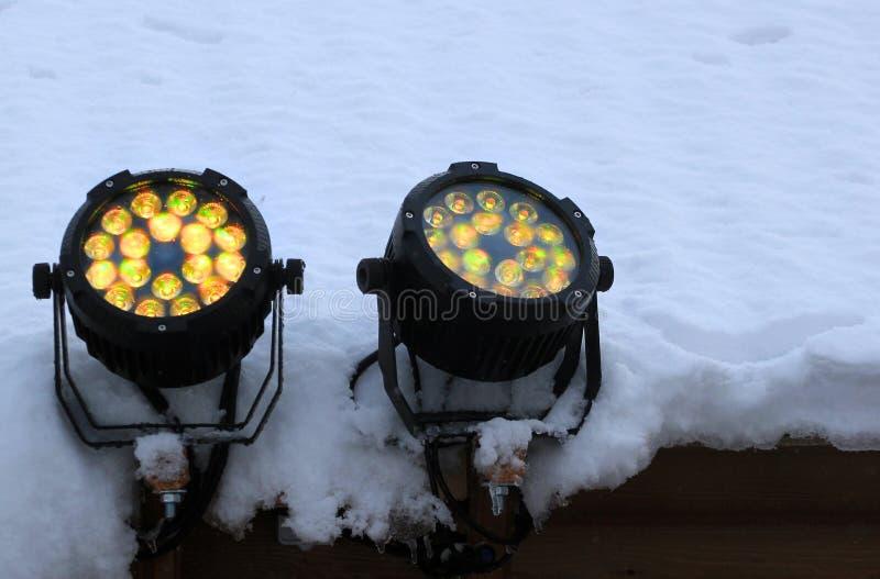 Dos llevaron proyectores en el tejado nevado imagenes de archivo