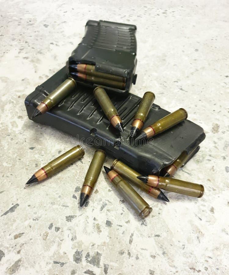Dos mags del rifle con las balas en el piso foto de archivo