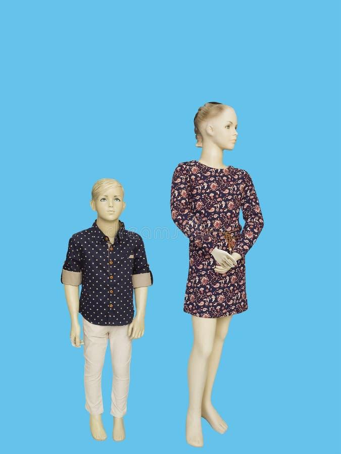 Dos maniquíes se vistieron en desgaste de moda de los niños fotos de archivo