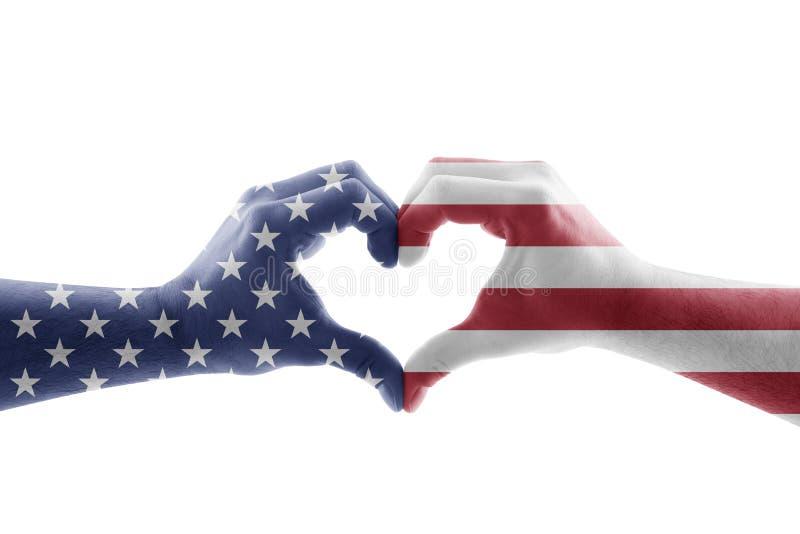 Dos manos bajo la forma de corazón con la bandera de los E.E.U.U. aislada en el fondo blanco fotos de archivo