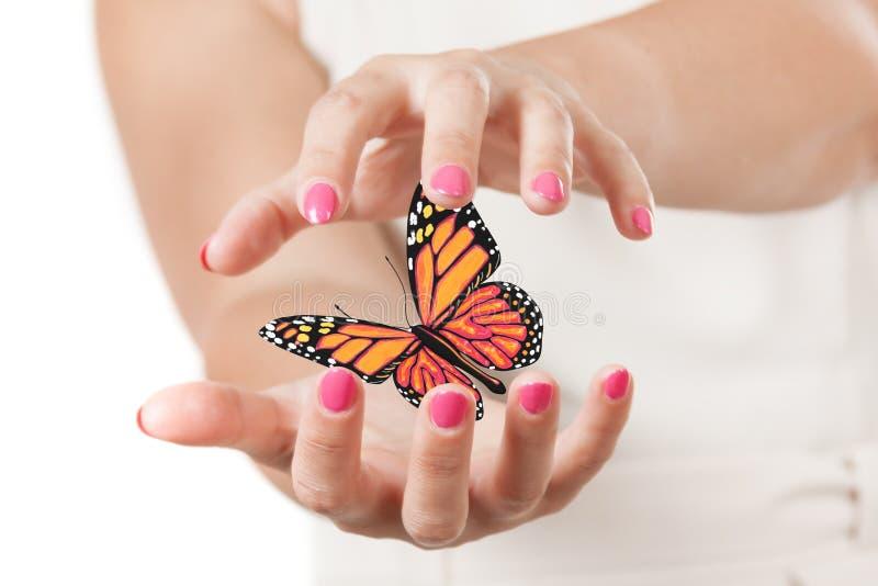 Dos manos de la mujer que protegen la mariposa con colores amarillos y anaranjados representación 3d libre illustration