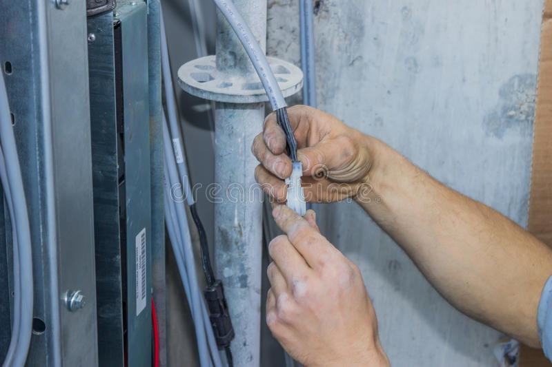 Dos manos que sostienen el enchufe y el zócalo 2 del cable 4-Pin fotos de archivo