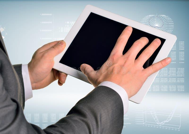 Dos manos usando la PC de la tableta foto de archivo libre de regalías