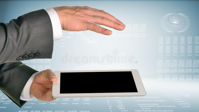 Dos manos usando la PC de la tableta foto de archivo