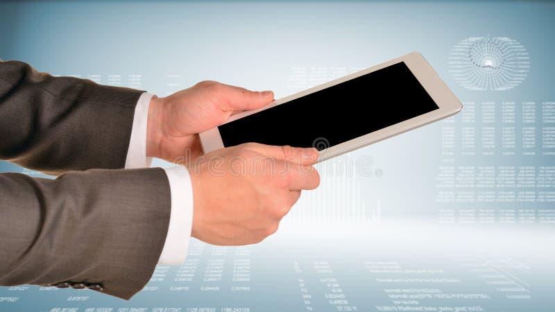Dos manos usando la PC de la tableta imágenes de archivo libres de regalías