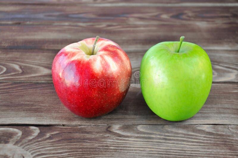 Dos manzanas verdes y rojas foto de archivo