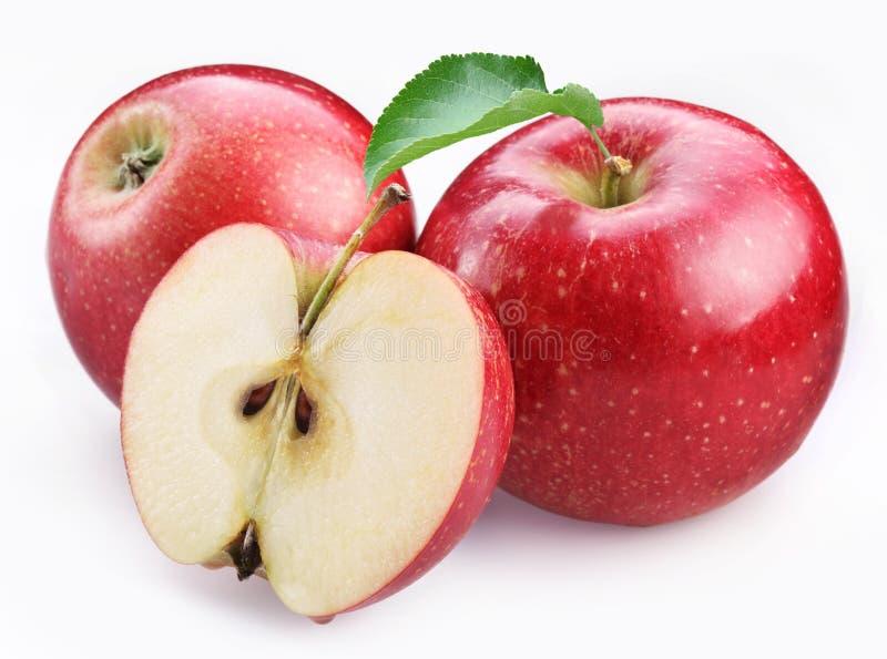 Dos manzanas y mitades rojas maduras de la manzana. fotos de archivo libres de regalías