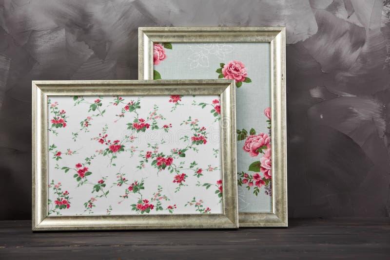 Dos marcos de la foto del vintage con las rosas de la textura en fondo gris lamentable imágenes de archivo libres de regalías