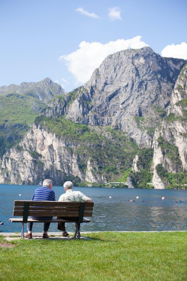 Dos mayores que descansan sobre banco foto de archivo