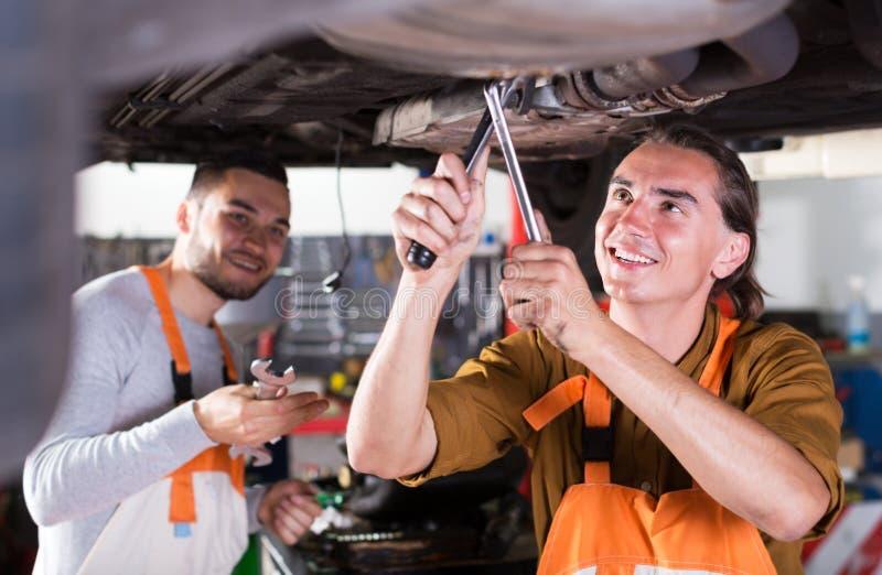Dos mecánicos de coche acertados fotos de archivo libres de regalías