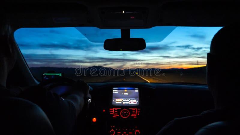Dos mejores amigos masculinos que conducen SUV en el camino desolated imagenes de archivo