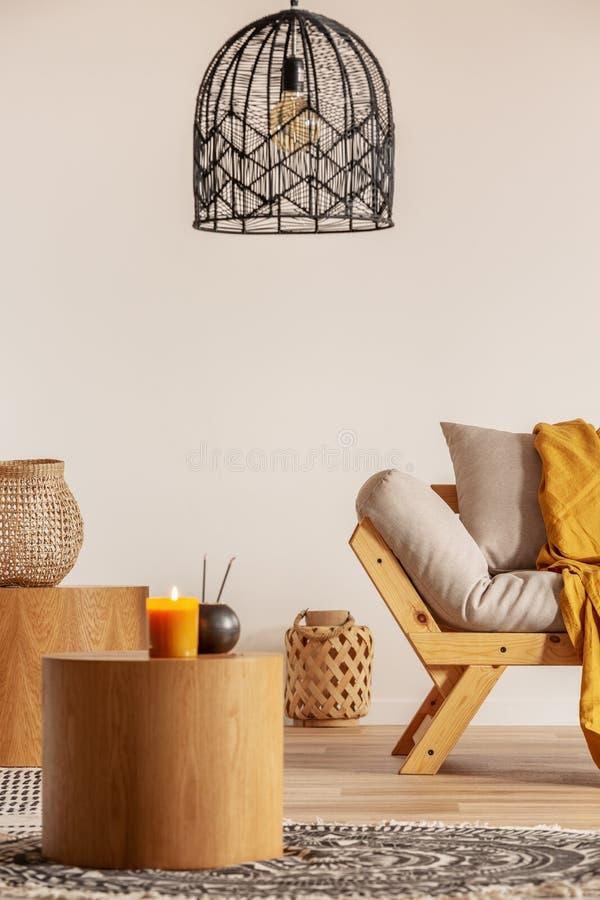 Dos mesas de centro de madera al lado del futon escandinavo en interior con clase de la sala de estar fotos de archivo libres de regalías