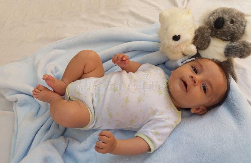 Dos meses de bebé con el juguete de la koala fotos de archivo