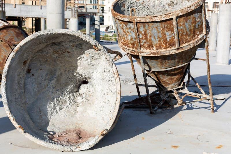 Dos mezcladores concretos oxidados enormes viejos imagen de archivo