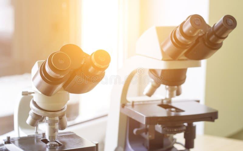 Dos microscopios se colocan en el laboratorio, primer, luz del sol fotos de archivo