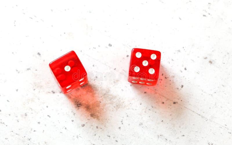 Dos mierdas rojas cortan mostrar en cuadritos a seis Jimmie Hicks fácil número 1 y 5 tiro de arriba en el tablero blanco imagen de archivo