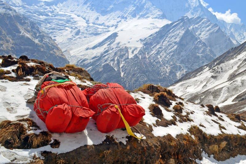 Dos mochilas enormes del rojo para la expedición de la montaña en nieve Equipo de Porter Mountaineering fotos de archivo