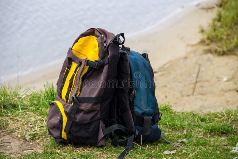Dos mochilas turísticas en el riverbank imagen de archivo libre de regalías