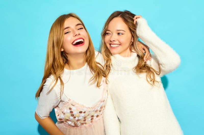Dos modelos elegantes jovenes de la mujer en ropa del inconformista del verano foto de archivo