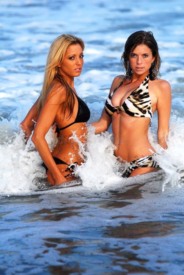 Dos modelos en el océano foto de archivo
