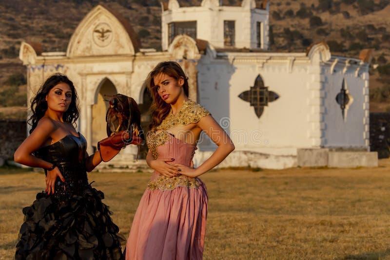 Dos modelos morenos hispánicos preciosos plantean aire libre en un rancho mexicano foto de archivo